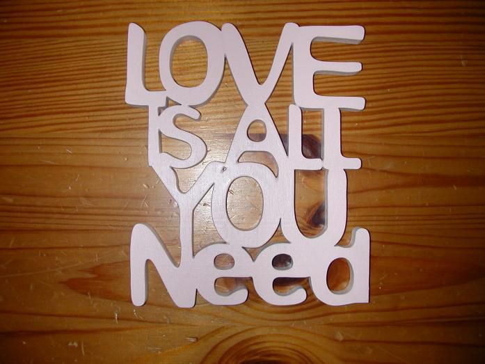 Statement 'Love is all you need' rosa Dekoelement Holz DIY